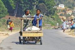未知的男孩运载一个传统caresa支架 免版税库存照片