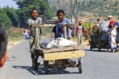 未知的男孩运载一个传统caresa支架 库存图片