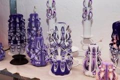 未知的艺术家做的设置五颜六色的装饰手工制造蜡蜡烛,雕刻过程, 免版税库存照片