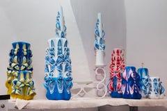 未知的艺术家做的设置五颜六色的装饰手工制造蜡蜡烛,雕刻过程, 免版税图库摄影