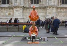 未知的街道艺术家在米兰市中心 免版税库存图片