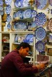 未知的陶瓷艺术家在一块板材做一个设计在伊斯法罕,伊朗 库存照片