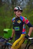 未知的登山车骑自行车者 库存照片
