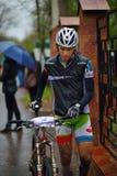 未知的登山车骑自行车者 图库摄影