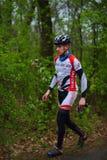 未知的登山车骑自行车者 免版税图库摄影