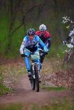 未知的登山车骑自行车者 库存图片