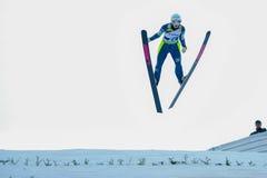 未知的滑雪跳高者 免版税库存照片