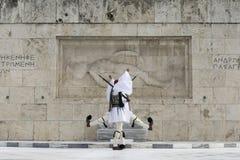 未知的Sol的坟茔的希腊传统战士前面 免版税库存照片