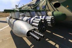 未管制的导弹的垂悬的枪和发射设备在军用直升机MI-8AMTSH登上了 免版税图库摄影