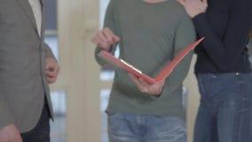 未被认出的人标志抵押合同特写镜头,在销售购买租赁协议,握手中投入了署名 影视素材