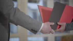 未被认出的人标志抵押合同特写镜头,在销售购买租赁协议,握手中投入了署名 股票视频