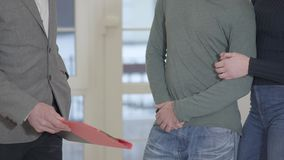未被认出的人标志抵押合同特写镜头,在销售购买租赁协议,握手中投入了署名 股票录像