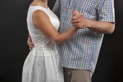 未被认出的白种人中部变老了夫妇跳舞反对黑色 库存图片