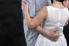 未被认出的白种人中部变老了夫妇跳舞反对黑色 免版税图库摄影