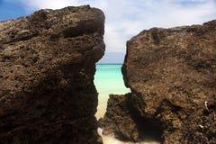 未触动过的热带海滩海岸线, pacifi的绿松石视图 免版税库存照片