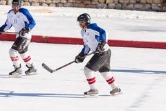 未认出冰球球员挑战 免版税库存照片