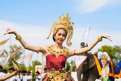 未认出泰国舞蹈家跳舞 大象在2013年泰王杯大象马球比赛期间的马球比赛2013年8月28日在Suri 免版税图库摄影