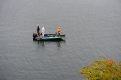 未认出的三个人钓鱼 图库摄影