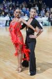 未认出的专业舞蹈夫妇执行WDSF米斯克开放舞蹈节日2017的青年拉丁美洲的节目 库存照片