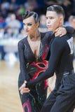 未认出的专业舞蹈夫妇执行WDSF米斯克开放舞蹈节日2017的青年拉丁美洲的节目 免版税库存照片