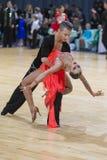 未认出的专业舞蹈夫妇执行WDSF米斯克开放舞蹈节日2017的青年拉丁美洲的节目 库存图片