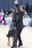 未认出的专业舞蹈夫妇执行WDSF米斯克开放舞蹈节日2017的青年拉丁美洲的节目 免版税库存图片