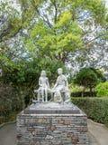 未认出的两儿童的雕象 免版税图库摄影