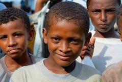 未认出的也门少年画象在鱼市上在荷台达,也门 免版税库存照片