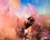 未认出的人人群颜色的集会 库存图片