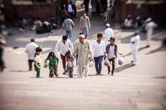 未认出的人在Jama Masjid庭院坐 免版税库存图片