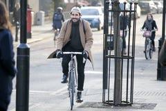 未认出的人民在伦敦通勤研究11月第6, 2016年,英国,英国 伦敦当局运作做 免版税库存图片