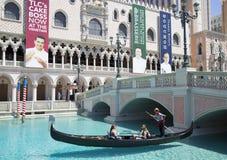 未认出的人民在大运河享受长平底船乘驾在威尼斯式度假旅馆赌博娱乐场 库存图片
