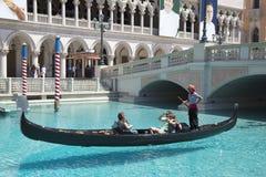 未认出的人民在大运河享受长平底船乘驾在威尼斯式度假旅馆赌博娱乐场 库存照片