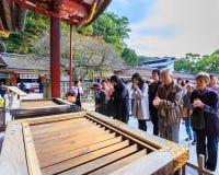 未认出的人民在Dazaifu Tenmangu前面祈祷 库存照片