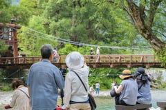 未认出的人民在Kamikochi放松在2016年7月12日的长野日本 免版税库存图片