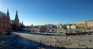 未认出的人民在Manezhnaya广场走在莫斯科,俄罗斯 库存图片