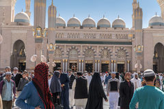 未认出的人民在Nabawi清真寺出去 图库摄影
