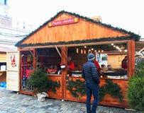 未认出的人民换在每年传统圣诞节市场的食物 免版税库存图片