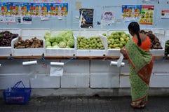 未认出的人民购物在杂货店在一点印度,唱歌 图库摄影