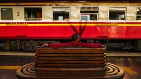 未认出的人等待的火车 免版税库存照片