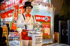 未认出的人装饰一个木小丑 免版税图库摄影