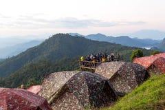 未认出的人观看的日出和露营地土井Ang的Khang清迈泰国 免版税库存图片
