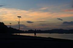 未认出的人钓鱼在东滩海滩梭桃邑海湾 库存照片
