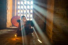 未认出的佛教初学者读了在Buddihist寺庙的一本书 免版税库存图片