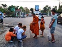 未认出的修士从人接受提供的食物在曼谷 免版税库存照片