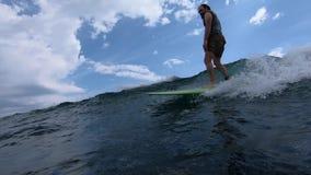 未认出的冲浪者乘海浪 影视素材