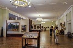 未认出的博物馆访客在Veliky诺夫哥罗德,俄罗斯美术馆陈列室里看展览  库存图片
