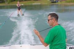 未认出的参加者在开放waterski竞争时显示技能 免版税库存照片