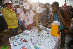 未认出的参加者在Durbar的世界艾滋病日摆正 库存照片
