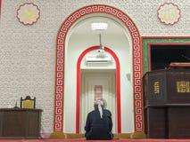 未认出的回教人在solat位置Masjid Muhammadiah,怡保,霹雳州坐下 免版税库存照片